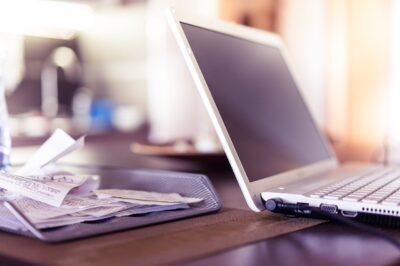 dator och kvitton på skrivbord