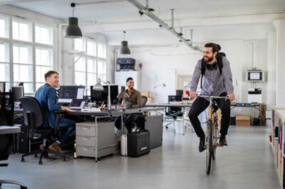Människa som cyklar inne på ett kontor
