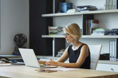 Kvinna som sitter vid en laptop
